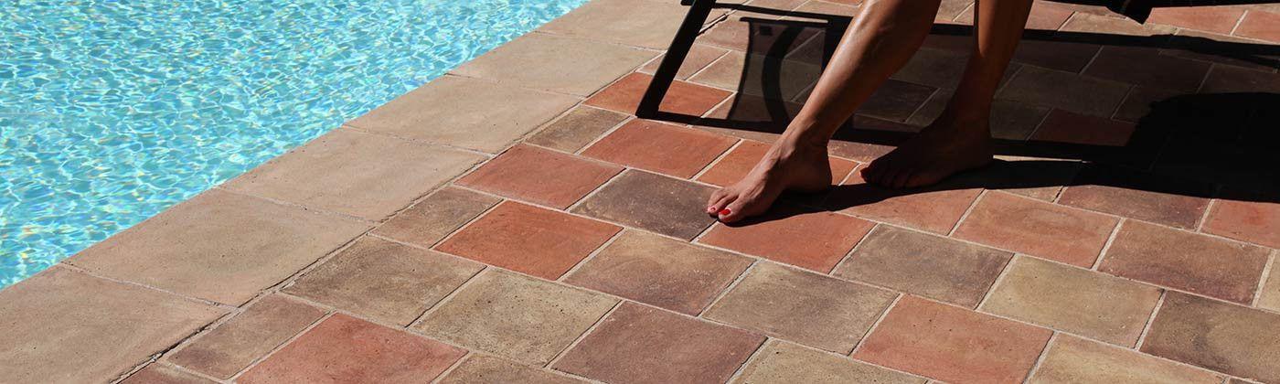 Terre cuite de sol patiné main : carrelage extérieur artisanal