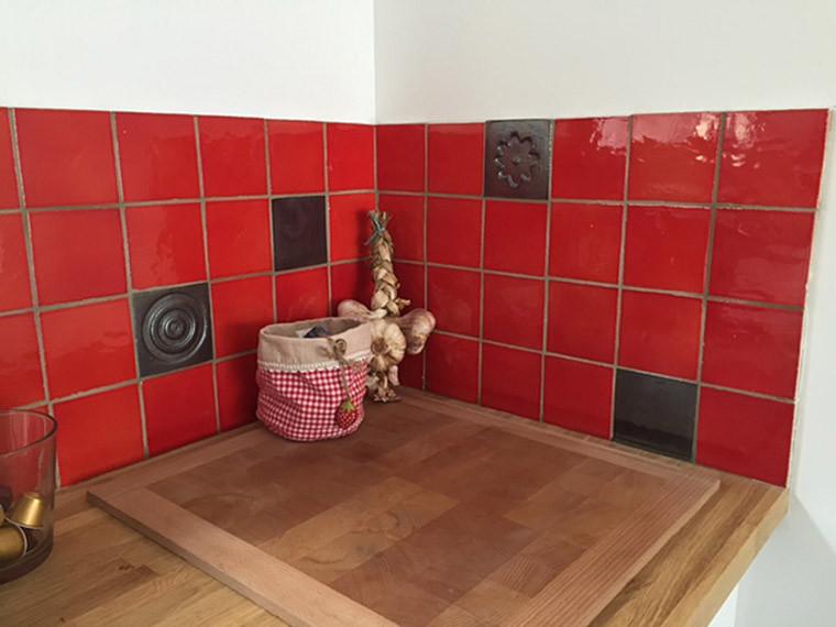 Faïence Crédence Cuisine Rouge Coquelicot Motif Relief Bronze